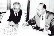 胡應湘(左)預見廣州交通開始因為道路限制而遇到樽頸,並於1993年3月17日聯同廣州市長黎子流(右),簽訂合同,由胡應湘旗下合和投資6億美元,獨資興建廣州環城高速公路。(資料圖片)