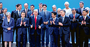 G20峰會昨在阿根廷開幕,英國首相文翠珊(前排左起)、法國總統馬克龍、美國總統特朗普、日本首相安倍晉三、阿根廷總統馬克里、中國國家主席習近平等領導人齊拍大合照,其間特朗普豎起拇指,其他領導人望向他的方向。(法新社)