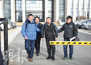昨日,金哲宏(右二)在兒子(右一)和律師的攙扶下走出法院,服刑23年的他終告無罪。(中新社)