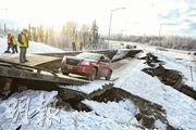 美國阿拉斯加最大城市安克雷奇受7級大地震影響嚴重,鄰近機場的道路塌陷,有汽車受困。(路透社)