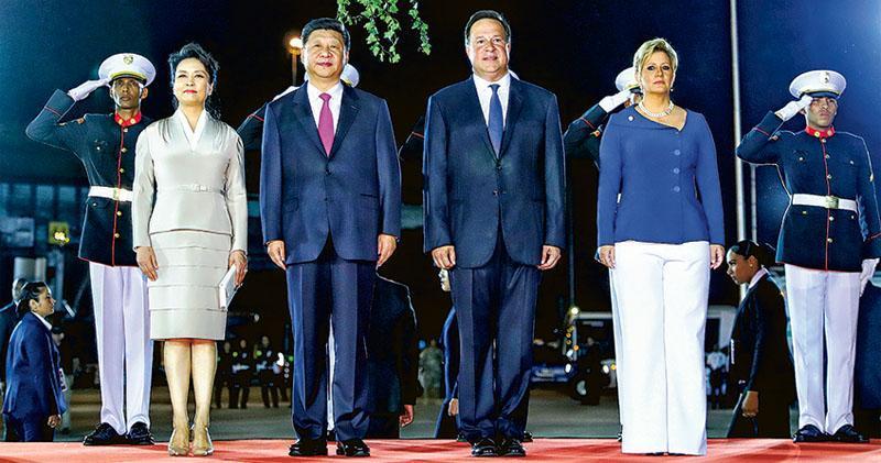 國家主席習近平昨日抵達巴拿馬城,開始國事訪問巴拿馬共和國。巴拿馬總統巴雷拉在機場為習近平舉行隆重歡迎儀式。圖為習近平(前左二)和夫人彭麗媛(前左一)同巴雷拉(前右二)和夫人卡斯蒂略(前右一)在歡迎儀式上。(新華社)