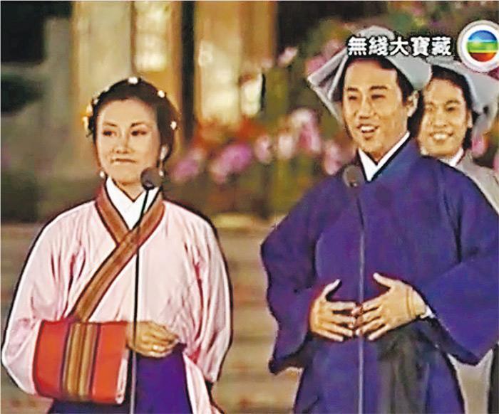60年代偷渡來港的夏雨(右)獲無綫及內地當局保證「安全返港」,在離別17年後終於1979年返回老家廣州演出《羊城賀歲萬家歡》,並與母親重聚。該「春晚」為中共執政以來香港有個在內地直播的節目。左為汪明荃。(網上圖片)