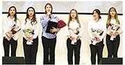 被稱為「大蒜女孩」的女子冰壺隊成員指控遭主教練及其家人辱罵剝削。圖為隊員在今年5月出席一個活動的合照,左三為主教練金旼貞。(網上圖片)