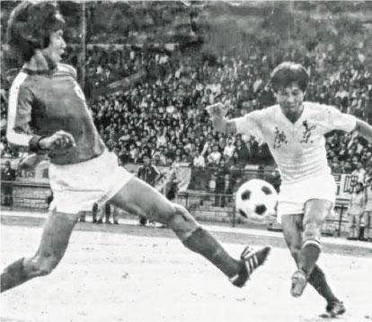 首屆省港盃廣東隊以總比分4:1戰勝香港隊。圖為廣東隊長何佳(右)。(受訪者提供)