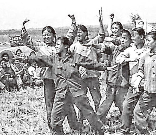 雖說梁曉聲強調知青話題對他已無感,但他說到當年下鄉的黑龍江生產建設兵團,還是充滿驕傲。他說兵團人才濟濟,文藝表演水平很高,連當地的專業藝術團體都不能比。(網上圖片)