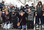 巴黎有高中學生周五在共和國廣場重演前一天中北部城鎮芒特拉若利有學生被捕後強迫下跪的情景。(法新社)