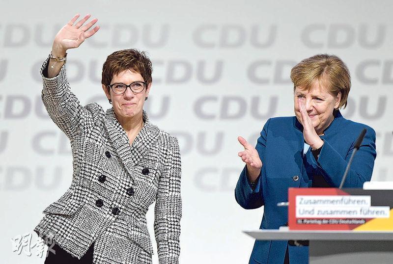克蘭普-卡倫鮑爾(左)昨當選基民盟主席,正式成為總理默克爾(右)的接班人。(路透社)