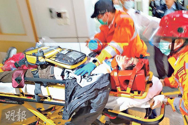 一名男傷者被送到東區醫院搶救時,頭部需要固定,救護員為他施心外壓。(陳冬綾攝)