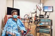 46歲甘明光心臟功能尚餘不足5%,要使用圖中的雙心室輔助裝置代替心臟功能,等待移植機會。甘明光希望康復後可陪兒子到迪士尼樂園玩。(賴俊傑攝)