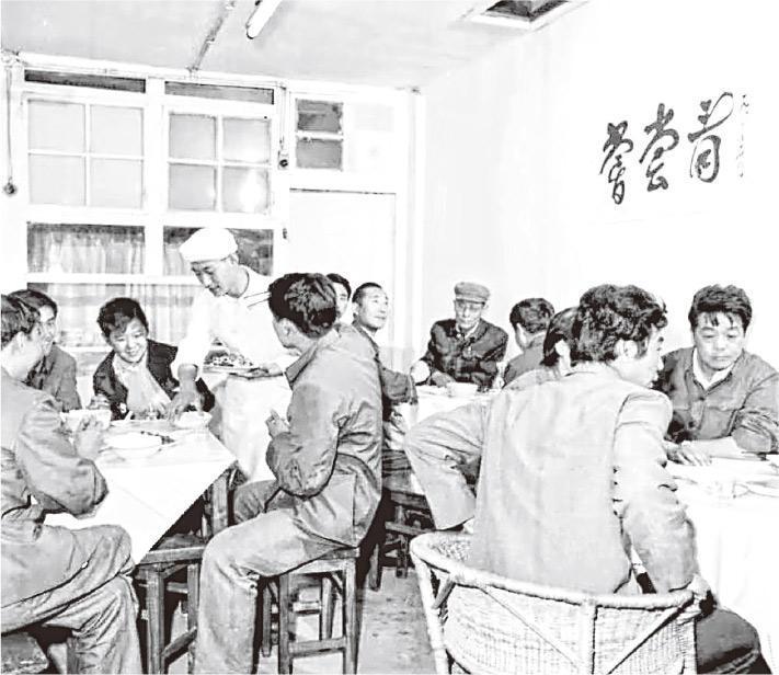 開業初期,很多人湊錢一起去飯館以多吃幾個菜。悅賓飯館牆上的「嘗嘗看」沒有落款,是因為題字人都擔心有政治問題。(受訪者提供)