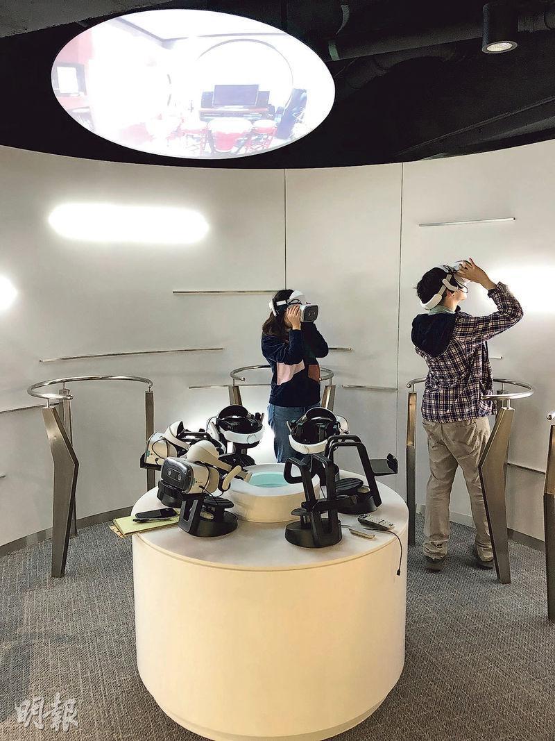 房協展覽中心設置虛擬實境(VR)區域,介紹唔同種類嘅長者屋項目。市民戴上VR眼鏡後就恍如置身長者屋單位內,並可聽取住戶或房協職員介紹各類長者屋特色。(黃俊鋒攝)