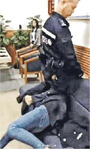 羅湖警員用膝蓋壓住女子的頭,還說女子如果再動就告她襲警。(網上圖片)