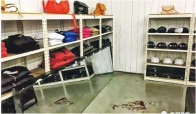 案發現場留有血漬,連身鏡懷疑未有妥善安裝在牆上。(網上圖片)