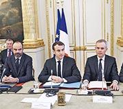 總理菲利普(左起)、總統馬克龍、生態部長德呂吉,昨在愛麗舍宮,共同會見諮詢工會代表、僱主組織代表、地選官員,謀求解決「黃背心」事態辦法。(法新社)