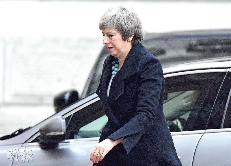 因國會勢否決脫歐協議,英國首相文翠珊決定推遲周二的投票。圖為她周一較早時返回唐寧街首相府。(路透社)