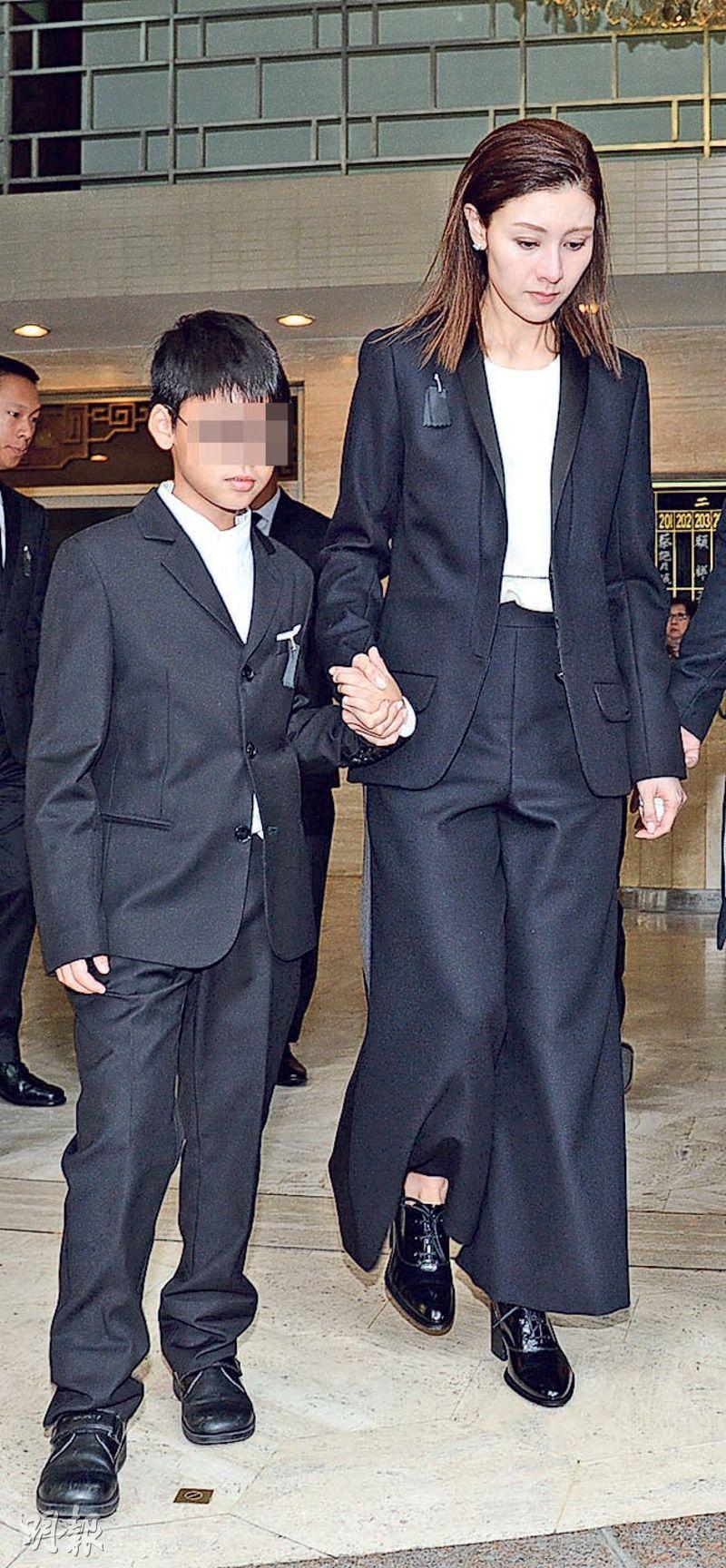 李嘉欣拖着7歲兒子許建彤步出殯儀館,神情哀傷,眼睛鼻子通紅。(攝影:劉永銳)