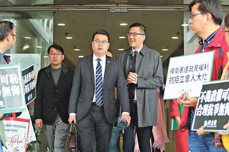 林卓廷(右二)和尹兆堅(右三)昨日到東區裁判法院應訊,離開時有數十多名支持者夾道聲援。(李紹昌攝)