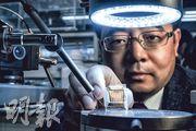 中大化學系副系主任繆謙(圖)帶領團隊研究以有機半導體材料取代無機半導體材料,並以此製造出「有機薄膜電晶體」,可應用於輕便的檢測裝置上,如穿戴式電子產品,應用於食品質量檢測、環境監測或醫學檢測等領域上。(馮凱鍵攝)
