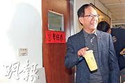 聲請重新驗票的國民黨台北市長候選人丁守中,周一為驗票的律師團送上蜂蜜檸檬打氣。(中央社)