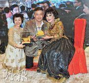 劉麗萍(左起)與男友麥德羅齊向契媽黃夏蕙斟茶。(攝影/記者:林祖傑)
