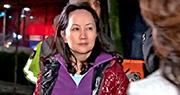 華為首席財務官孟晚舟獲加拿大法院批准保釋,穿紫色上衣步出法庭的她在其他人護送下上車離開。孟晚舟必須遵守16項保釋條件。(網上圖片)