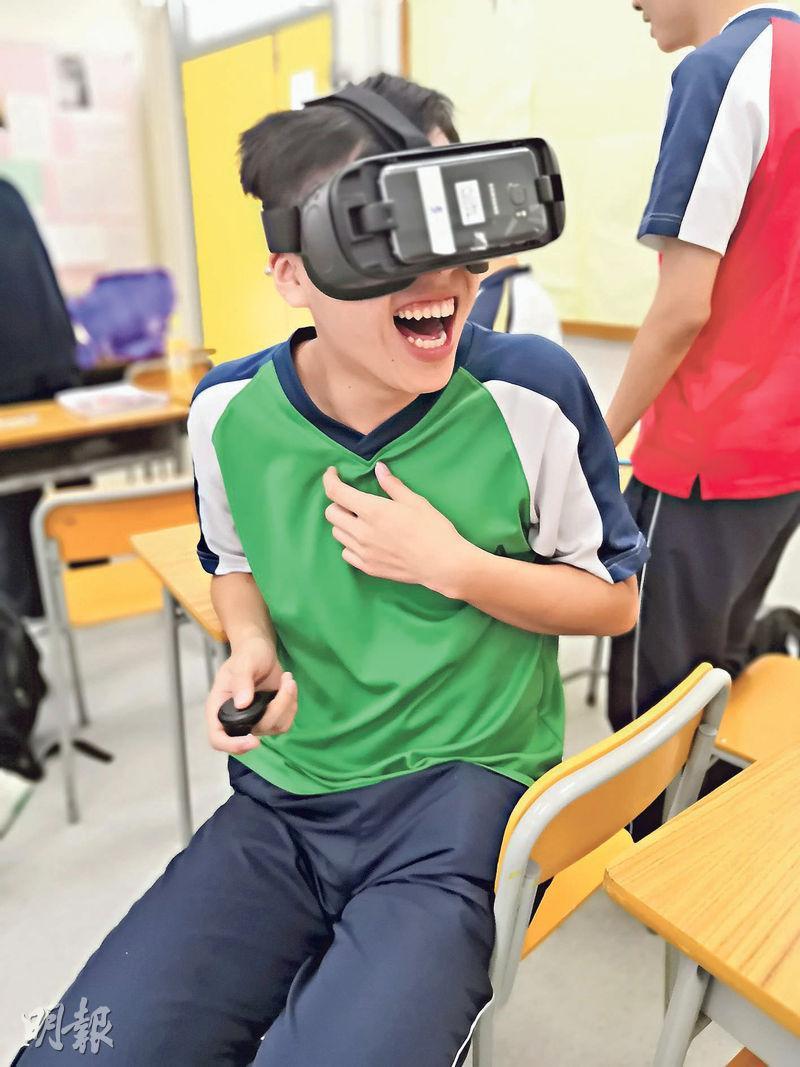 棉紡會中學學生上學年試用VR教材,十分投入。