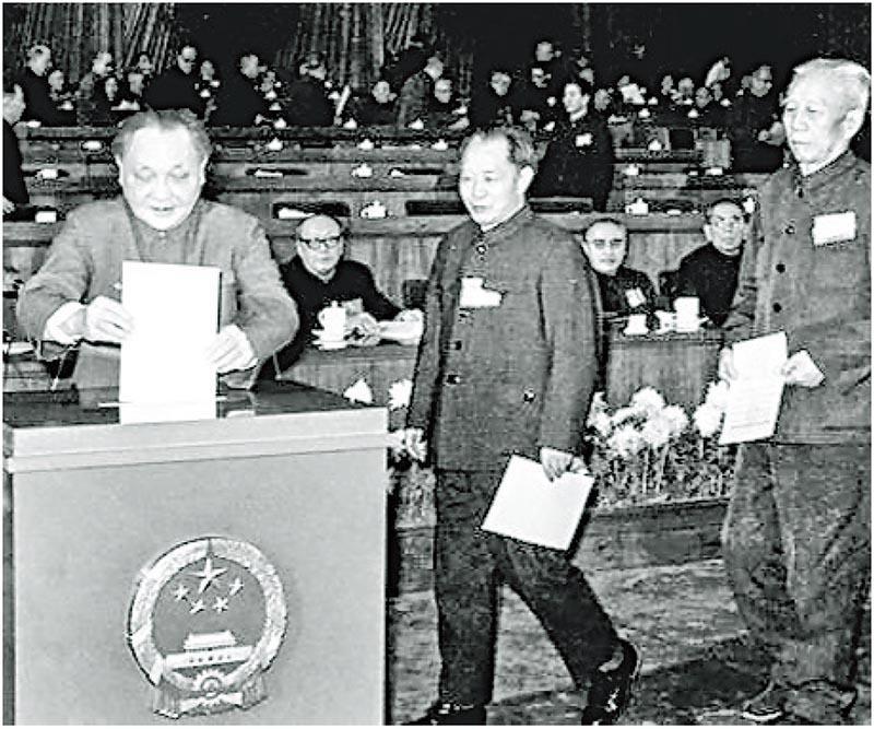 1982年12月4日,第五屆全國人大第五次會議通過的《中華人民共和國憲法》,也被稱為「八二憲法」,並沿用至今。圖為鄧小平(左)、胡耀邦(中)在投票。(網上圖片)