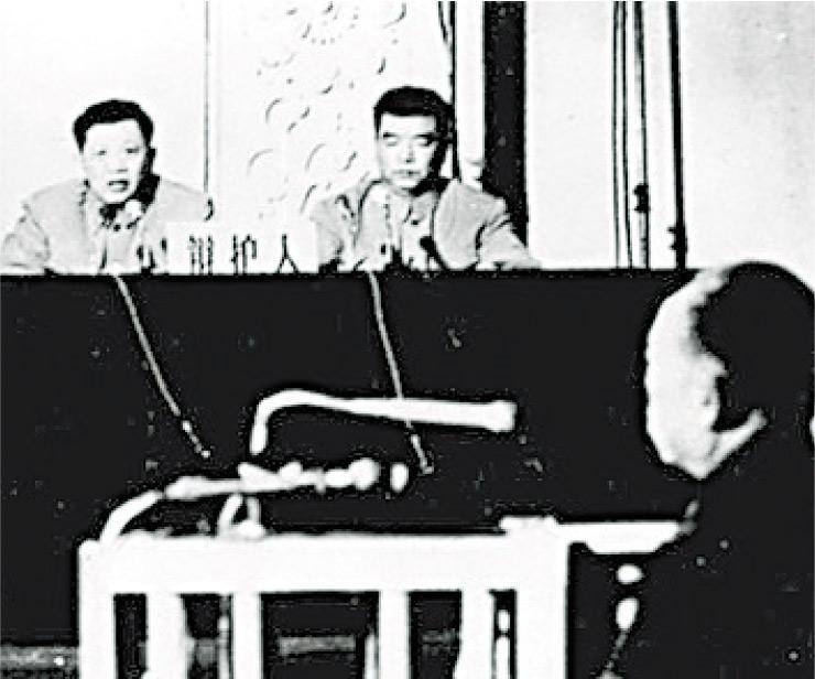 1980年11月28日審判「林彪反革命集團」黨羽李作鵬(前)時,張思之(後左)擔任辯護人。(網上圖片)