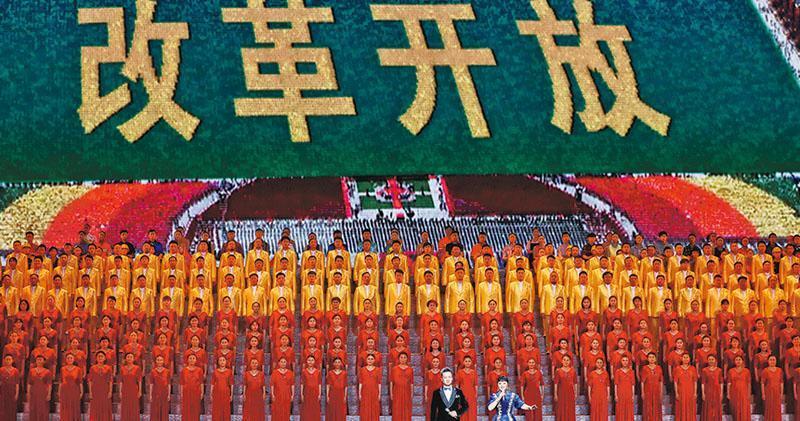 慶祝改革開放40周年文藝晚會《我們的四十年》14日晚在北京人民大會堂舉行。除趙樂際外,政治局6常委和國家副主席王岐山均有出席。晚會上篇「壯闊東方潮」以音樂短劇的形式,再現改革開放以來中國巨大的變化;下篇「奮進新時代」展現「在習近平新時代中國特色社會主義思想指引下,中國特色社會主義進入新時代」。整場晚會綜合運用音樂、舞蹈、戲劇、詩朗誦、情景表演、多媒體等舞台手段,再現中國40年巨變。(中新社)