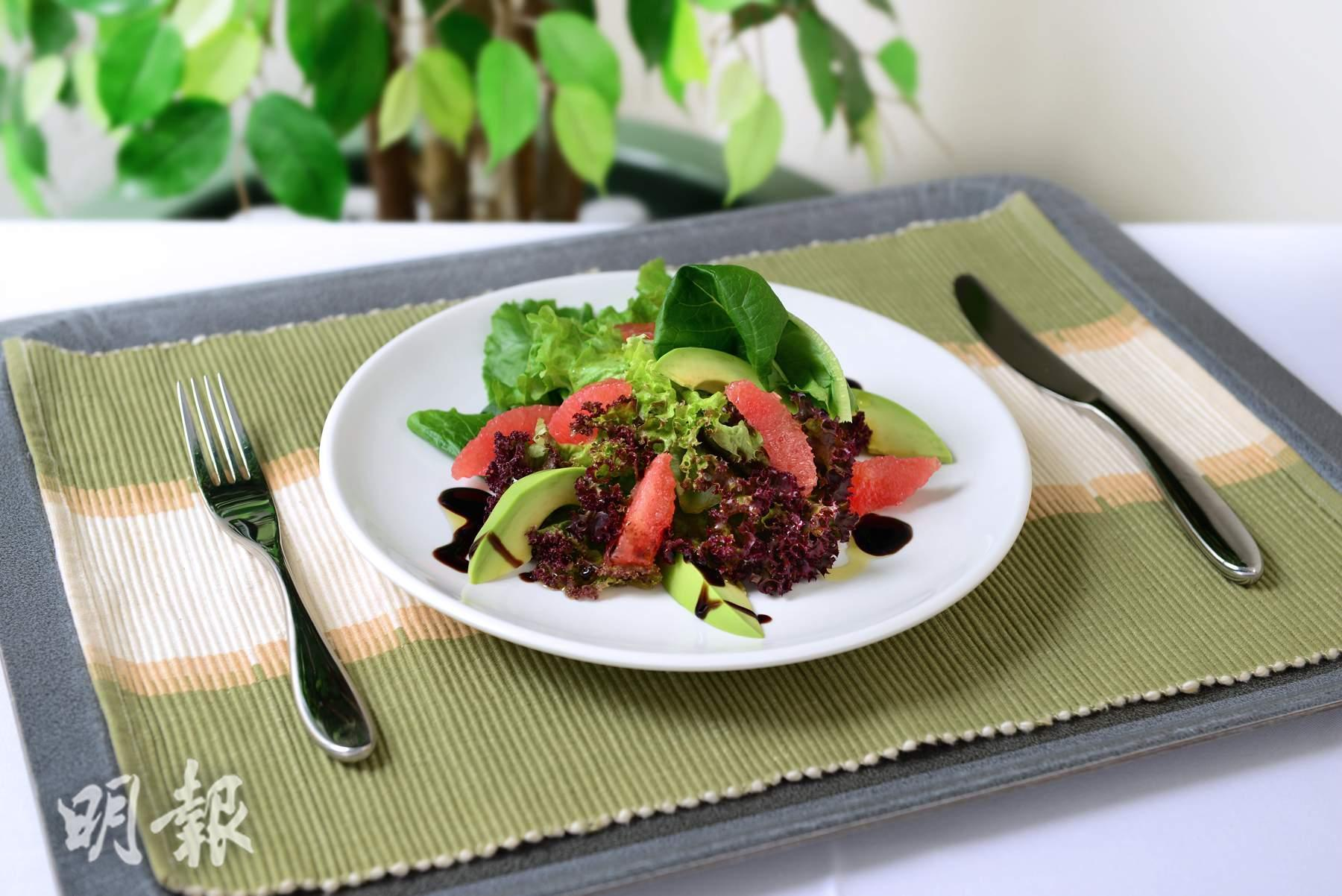 A salad is a cold vegetable mixture with a dressing. Without a dressing, it is not a salad. (Mingpao Photo)