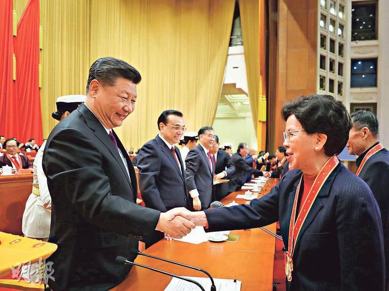 國家主席習近平(左)為獲得「改革先鋒」稱號的世衛前總幹事陳馮富珍(右)頒獎。(新華社)