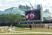 除了於數碼港商場內設有電競場地,數碼港園區亦設有多個大型屏幕,可作賽事現場直播,數碼港其中一個戶外場地(圖)可同時容納200人觀看賽事。(林穎茵攝)