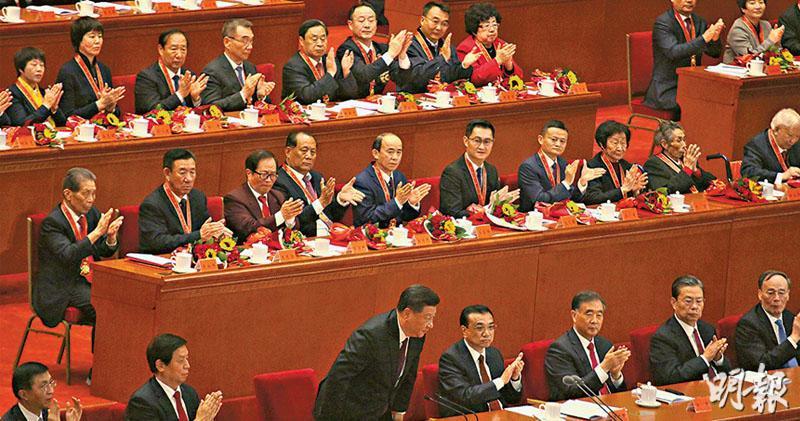 國家主席習近平(前排彎腰者)講話後,全場響起長達半分鐘的掌聲,圖為他向台下鞠躬致意。(鄭海龍攝)