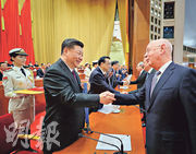 習近平(前左)為聯合國發展規劃委員會副主席克勞斯‧施瓦布(右)頒發中國改革友誼獎章。(新華社)