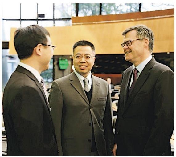中國常駐世貿組織大使張向晨周一在WTO批評美國「力量和責任嚴重不匹配」,又與美國代表謝伊在閉門會議中激烈交鋒。圖為張向晨(中)和謝伊(右)交談。(網上圖片)