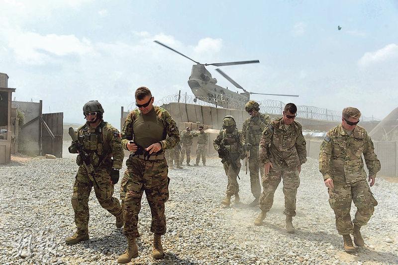 美國傳媒周四引述消息指,總統特朗普計劃撤走大部分駐阿富汗美軍。圖為2015年駐阿富汗美軍在北約聯軍基地執勤。(法新社)