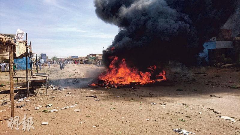 蘇丹反糧價示威者周四在阿特巴拉市街頭焚燒雜物。(路透社)