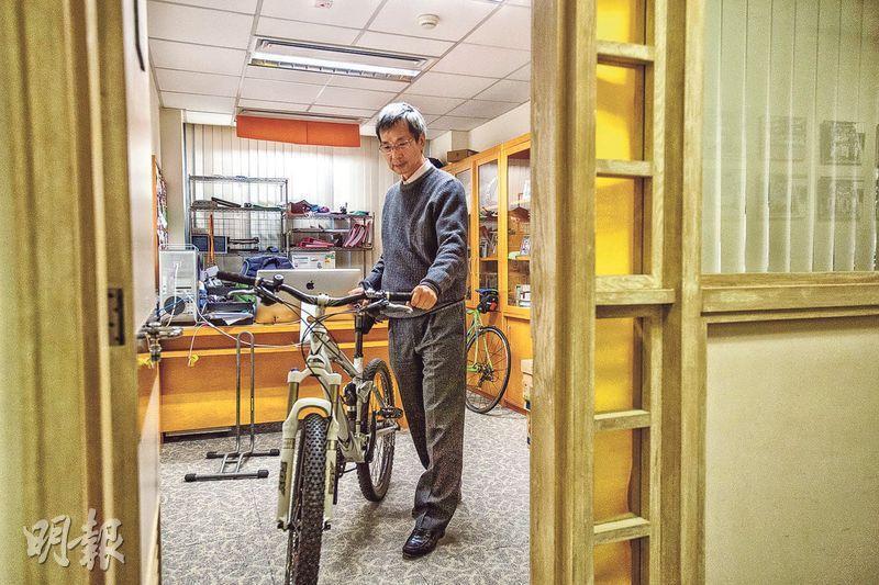 張德康的辦公室常常擺着兩部單車,他形容粗胎這部「很好玩」,前後都有避震,踏得夠舒服,在凹凸路面同樣能一路向前衝。離開工作34年的威爾斯親王醫院,他都會繼續向前衝,轉至中大私家醫院,繼續做手術、診症兼研究,還會繼續跑馬拉松。(鄧宗弘攝)