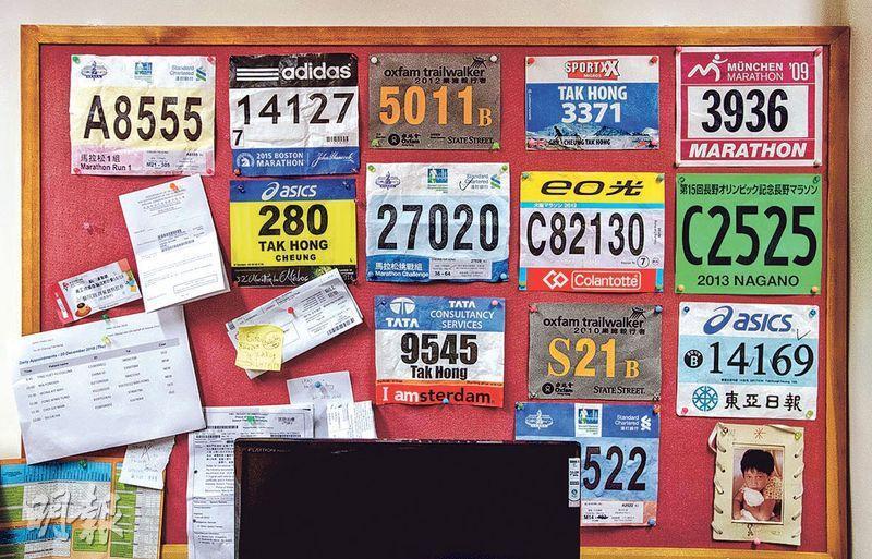 張德康每逢參與國際醫學會議都會乘機參加當地馬拉松賽事,至今已在德國、瑞士、荷蘭和美國波士頓的馬拉松賽事留下足迹,其辦公室牆上亦貼滿賽事號碼布,記錄「戰績」。(鄧宗弘攝)