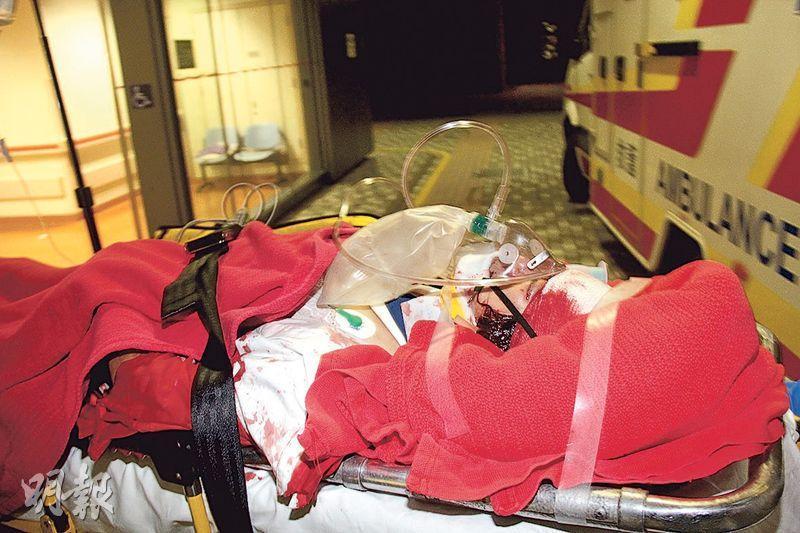 59歲女傷者身中多刀,送院時滿身沾血,經搶救後情况危殆。