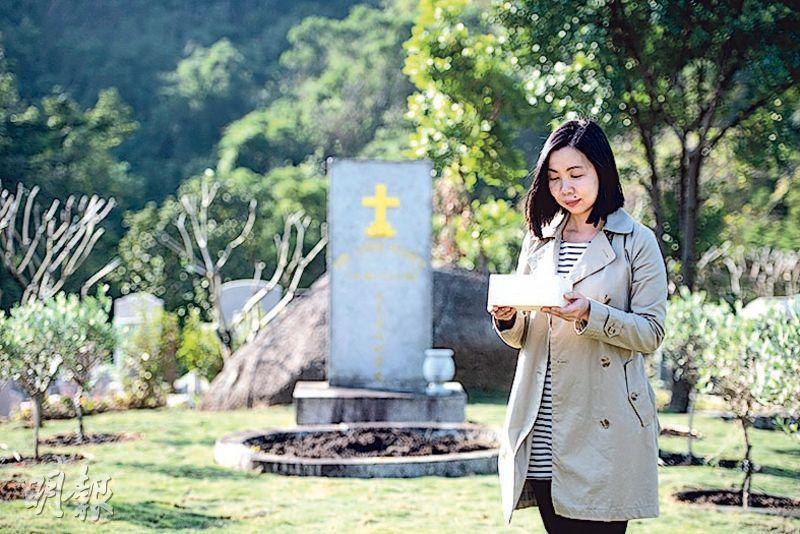 道風山基督教叢林主任湯泳詩站在將設「天使花園」的「艾香德墓園」,她拿着小棺木,希望有如小蓓蕾的流產胎在「天使花園」繼續盛放。(賴俊傑攝)