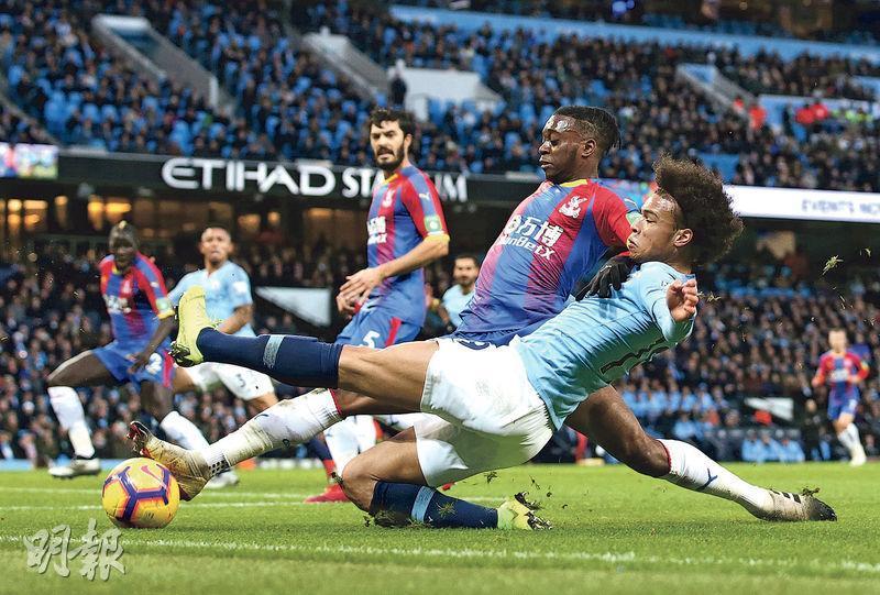 曼城(藍衫)以1:3反負水晶宮,錄得今季第2敗,賽後被爭標對手利物浦拋離4分。(Getty Images)