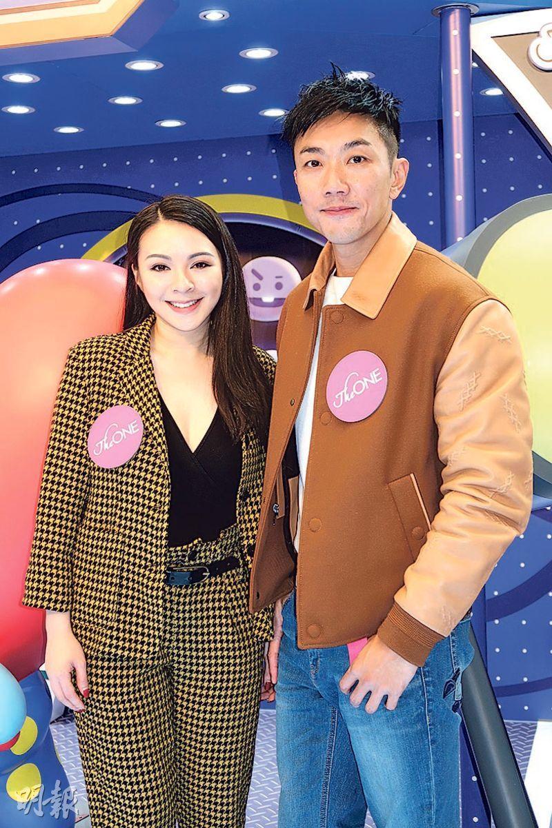 王灝兒(左)與劉浩龍(右)昨日擔任商場迎聖誕活動司儀。