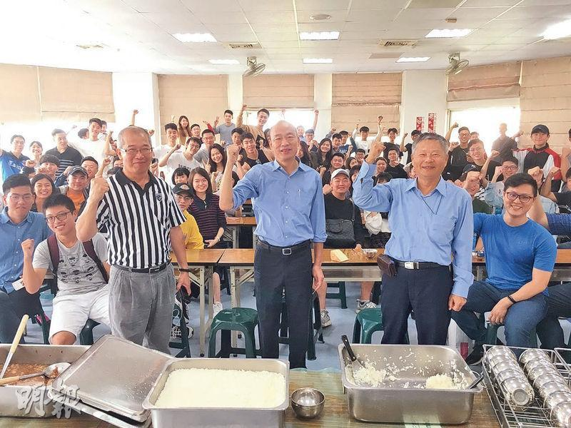 高雄市長當選人韓國瑜(前中)前日到他創辦的雲林縣維多利亞雙語中小學,與畢業校友座談,他期勉年輕人「再怎麼忙,也要關心國際大事」。(中央社)