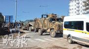 美國宣布將撤出敘利亞後,土耳其開始加強接壤敘利亞邊境的軍力。圖為周一部署在土耳其南部邊境基利斯省的土耳其軍車。(新華社)