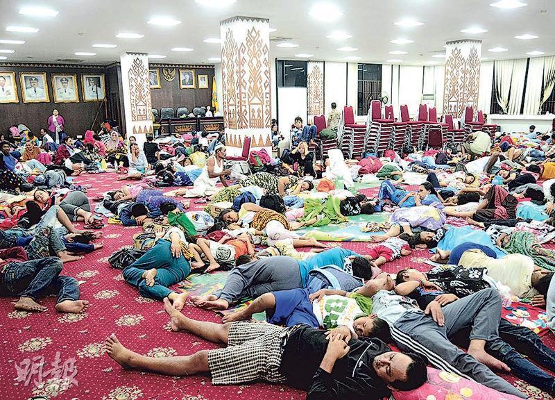 印尼蘇門答臘南部楠榜省為海嘯災區之一,當地沿岸居民都在政府大樓度過平安夜。(路透社)