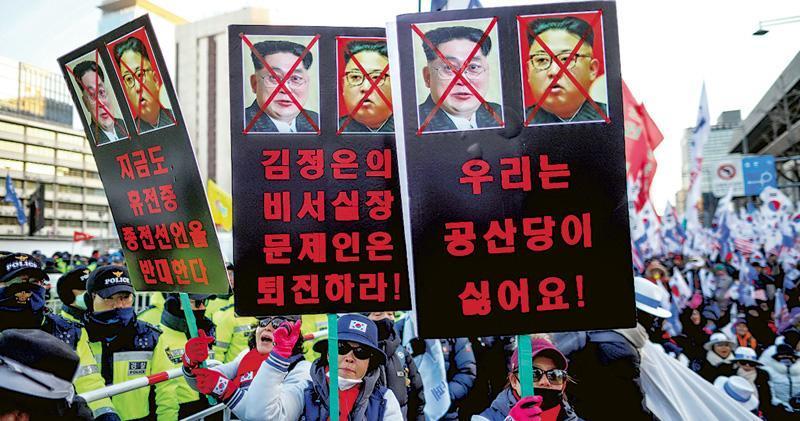 一個反朝鮮團體本月8日在首爾示威,表明「討厭共產主義」和金正恩。許多在韓的脫北者恐共、疑北,認為文在寅的親朝鮮政策令韓國變得不安全。(路透社)