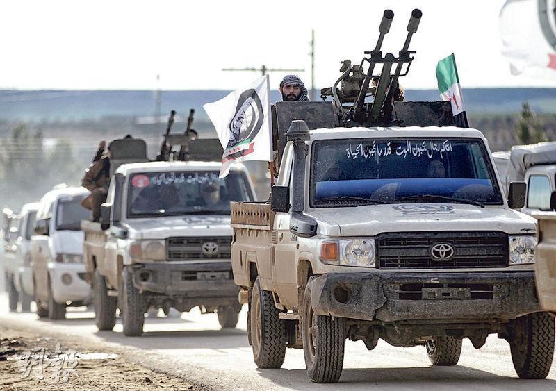 土耳其支持的敘利亞叛軍,上周五駕駛載滿武器的貨車前往曼比季市郊,準備配合土國軍隊攻打庫爾德民兵。(路透社)