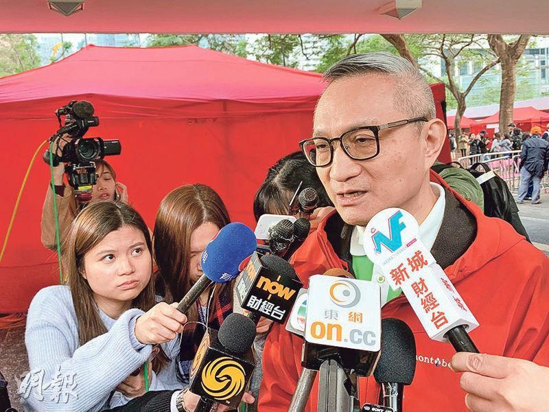 食物及衛生局副局長徐德義(前)昨出席活動後表示,上水屠房正興建消毒池,以加強運豬車進出時車胎消毒,預計1月初可完工。(許芳文攝)