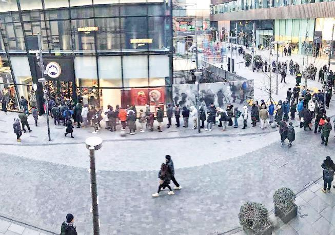 加拿大服裝品牌「加拿大鵝」上周五在北京三里屯太古里商圈開業,吸引不少民眾前往購買,有人在天寒地凍之下,要在店外輪候半小時才能入內。昨日舖外仍有民眾大排長龍。(網上圖片)